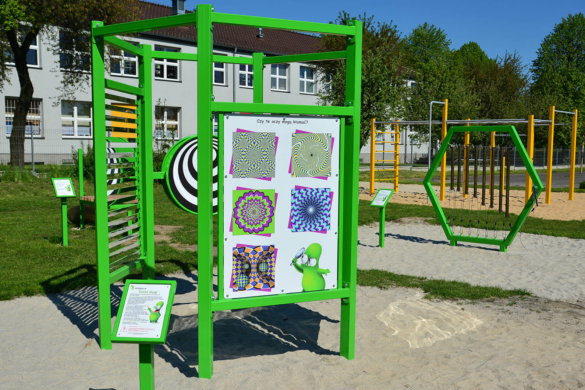 urządzenia naukowe na placu zabaw