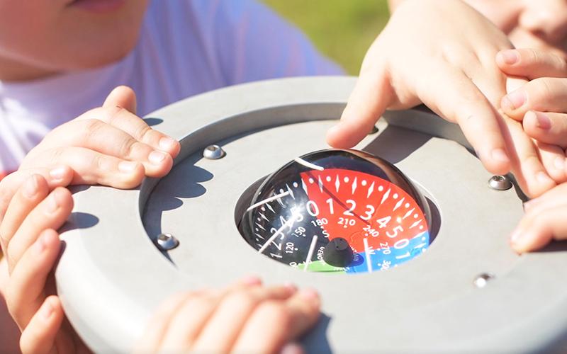 kompas na placu zabaw