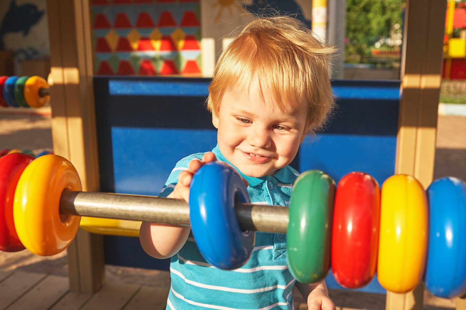 plac zabaw bawiące się dziecko